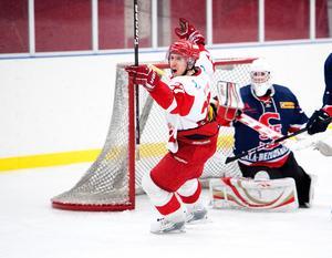 Hedemoras Viktor Widing jublar efter ett mål mot Skedvi/Säter för några år sedan. Nu ställs rivalerna mot varandra i play off 2.