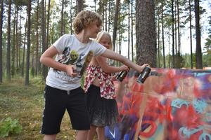 Theo och Liv Färnemyhr är fullt upptagna med sin graffitikonst.