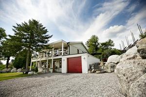 Grågrönt. Med sin grågröna fasad smälter huset in bra i trädgården.