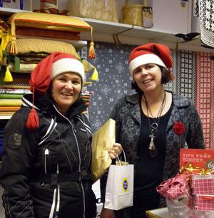 – Här är det full fart, både i butiken och sådant som vi ska posta till folk. Hittills är julhandeln ungefär lika bra som ifjol, berättar Gunilla Frost och Kristina Karlsson på Mora Hemslöjd.– Hemslöjd hör den traditionella julen till liksom pysslandet som vi säljer en del material till.