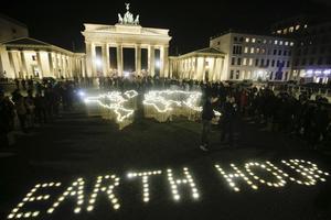 En bild från firandet av Earth Hour i Berlin, Tyskland, 2019. I dag är det dags för årets klimatmanifestation runt om på jordklotet. Foto: Markus Schreiber/AP,