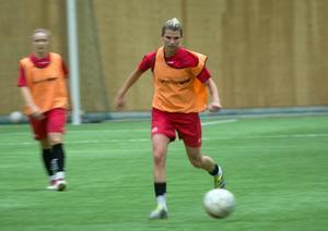 Alexandra Hornea driver bollen under sin första träning i Barken Arena.