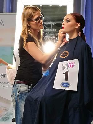 Anna Alyaksina under arbetet med den klassiska sminkningen.