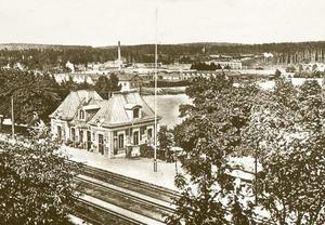 Så här såg stationen ut i början av förra seklet. I bakgrunden syns  Vabis samt Saltskogsfjärden.