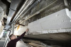 I betongen till bassängen har prover knackats loss, för att kontrollera skicket.