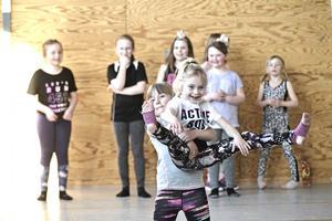 Att visa upp sig inför publik ger barnen självkänsla som de kan använda resten av livet.