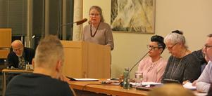 Kerstin Weidel från biblioteket hade ingen lätt uppgift när hon skulle ställa en fråga till åhörarna. Till höger på bilden syns fullmäktiges presidium Johanna Olofsson (M), Christina Waster Jansson (S) och Olle Thorell (S).