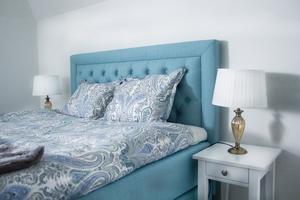 Sovrummen går mycket i beigt och brunt, förutom detta som är en turkosblå färgklick.