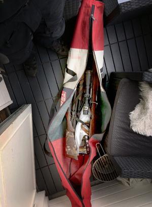 Vapnen låg i en skidväska ute på balkongen. Bild: Polisen