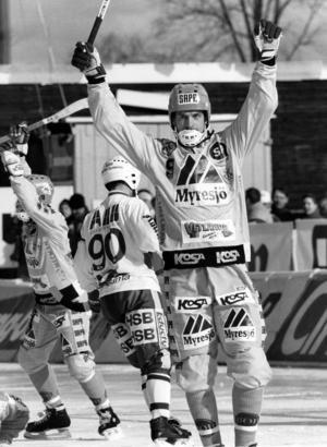 Per Lennartson gjorde alla fyra målen när VBK besegrade Västerås SK 1991. Här jublar han efter 1–0 mot Västerås 1994. Den finalen vann emellertid VSK med 5–2. Fotograf: Stefan Sjödin