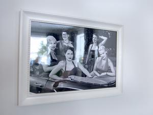 Ett härligt minne är förevigat och inramat. Kristine och hennes väninnor klädde sig i femtiotalsklänningar och cruisade runt i en  Impala 1958 cabrolet, på damrally i Sundsvall.