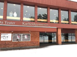 De två gängen drabbade samman utanför Karlfeldtgymnasiet.