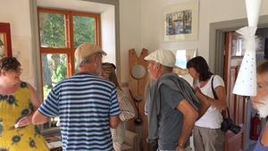 På bilden syns flera gäster samt konstnären som samtalar med sin vän Gary Drake.