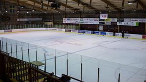 Ishallen är tills vidare avstängd. Hur lång tid det kan ta att reparera eller ersätta det skadade kylröret, var oklart på tisdagseftermiddagen. Foto: Kristian Åkergren/Arkiv