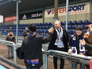 Tränaren Marcus Bengtsson tas omhand på välförtjänt sätt av fansen efteråt.