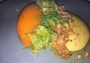 Potatisplätten från förra menyn har ersatts av mandelpotatiscreme med brynt smör som komplement till den generösa sfären Kalixlöjrom.