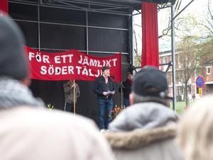 Henrik Malmrot talade i år under förstamajfirandet på Stora torget i Södertälje, utan att bli avbruten av politiska motståndare.