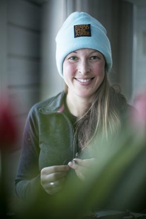 Rebecka Harlaut tillverkar armbanden när hon får en ledig stund.