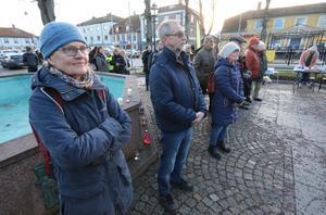 Monica Wärnelid och vännen Tore Persson stod sida vid sida under ljusmanifestationen i Torgparken.