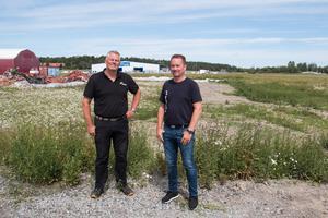 Här, precis bakom Per-Olov Östlund och Mattias Kvist, ska Salas första padelhall byggas.