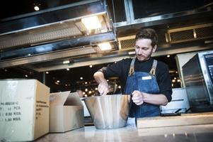 Trots kockbristen i samhället har alla kocktjänster besatts i det nya hotellet. Den nya personalen hade en hel del att packa upp.