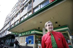 """– Butiken startades den 13 maj 1959. Då var det """"Kulan"""" Kullin, en legendar, som drev den, säger Per-Olof Engström.Han tror att de små citybutikerna kommer att klara konkurrensen även i fortsättningen.– Butikerna i ytterområdena får det nog svårare, säger han. De tävlar nämligen om samma bilburna kunder som stormarknaderna."""