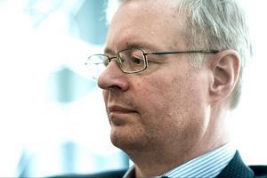 Under lördagen kom beskedet att Mikael Rosén lämnar samtliga utom ett av sina politiska uppdrag redan den 1 april.