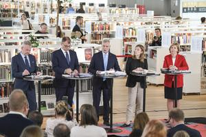 Partiledarna i den nya regeringen presenterar regeringsprogrammet på Centralbiblioteket i Helsingfors. Foto: Kimmo Brandt