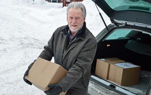 Björn Ericson kommer till Fornby folkhögskola med nytryckta böcker.