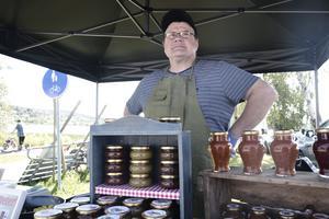 Magnus Isaksson från Timråtrakten bjöd på hemmagjord stekt ost smaksatt med saffran.