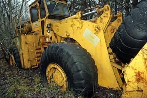 Det kommer krävas mycket arbete med att städa undan på området. Här en traktor som sjunkit ned djupt genom marken.