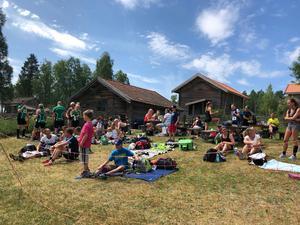 Publiken njöt i solen i väntan på att löparna skulle komma in för målgång och Ljusbodarnas Fäbodlag har caféet öppet under loppet.