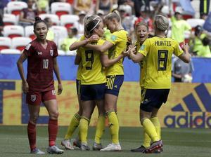 Sverigejubel efter ett mål i gruppspelsmatchen mot Thailand. Dick Broströms och övriga landslagsledningens planering sträcker sig till midsommar; utgången i torsdagskvällens USA-match avgör vart VM-äventyret tar vägen: åttondelsfinal i Reims eller Paris.