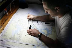 hur långt är det? Tor Vikings styrman kontrollerar avstånden på sjökartan. Även om all information finns digitalt kontrollerar man också allt manuellt.
