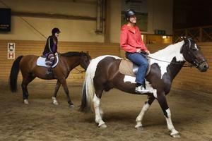 Klasskamraterna Albin Estberger, på hästen Chester, och Sofie, på Buddy, skrittade runt i ridhuset.