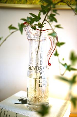 Pärs pappa har gjort om en flaska till en vacker vas. Det är ett fint minne efter honom.