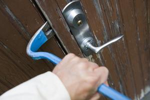 STOCKHOLM 20100902En inbrottstjuv bryter upp dörren till en bostad med hjälp av en kofot Foto: Henrik Montgomery / SCANPIX Kod: 10060