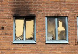 Sent i onsdags kväll totalförstördes en lägenhet i Bomhus i en brand. Hela huset evakuerades – trodde man.Brand på Kastjö Strand i Bomhus.