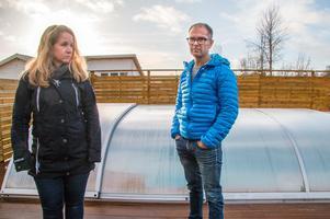 Ida och Janne Vineld fick rätt hos länsstyrelsen, som anser att det inte krävs bygglov. Surahammars bygg- och miljönämnd står på sig. Om bassängen töms på vatten går det att stå rak under pooltaket. Därför är det en bygglovspliktig byggnad, hävdar man. Det något ovanliga ärendet klättrar vidare uppåt för avgörande i Mark- och miljödomstolen.