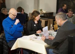 Fredrik Jönsson, HHC, Eva Cooper, Företagarna och Micke Roos, Mittmedia, tog sig en funderare över kandidaterna.