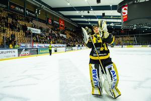Samuel Ersson tackas av efter sista matchen för säsongen och målvaktens sista match i VIK-tröjan. Nästa säsong blir det spel i SHL och Brynäs för 19-åringen.