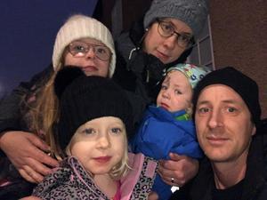 Översta raden från vänster Noomi (9 år), Rebecka, Josua (2år). Nedre raden från vänster: Tabita (5 år) och Simon Foto: Privat