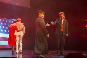 Under SM i revy skildrades såväl lokala som globala händelser. Donald Trumps och Kim Jong-uns möte framfördes av Falkenbergsrevyn.