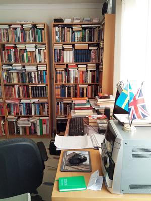 Vladimirs skrivbord där han skriver sina böcker.