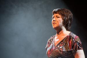 Eva Erkers sjunger ut om sina kränkta känslor i en av kvällens bästa nummer.