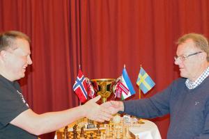 Jämtlands lagledare Sven Olof Andersson försöker få till en blixtrevansch för förlusten i regionskampen på lördagen, och innan den individuella snabbschackstävlingen startade på söndag förmiddag.