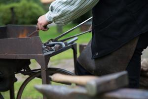 Metallen måste bli riktigt varm innan den går att böja.