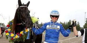 Rikard N Skoglund tillsammans med hästen Silver Sprinta från ett tidigare tillfälle. Nu har Bergsåkerskusken anledning att fira igen. Bild: Micke Gustafsson/arkiv