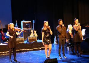 Olivia Westerberg,  Vilma Angermund, Brendan Rajakumar och Nikki Hatton sjöng och spelade Stilla Natt.