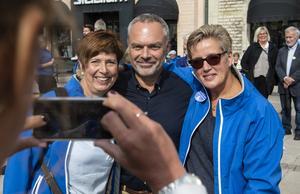 Det var populärt att ta en selfie med partiledaren Jan Björklund, Ingeborg Wiksten och Catrin Eliasson var två som passade på.